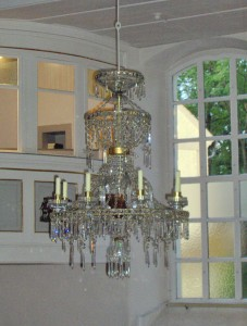 Glass hanging chandeliers as a role model for the wooden hanging chandeliers from the Erzgebirge