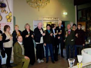 Die Teilnehmer der Jahrestagung im Glasmuseum Wertheim unter einem böhmischen Weihnachtsbaum